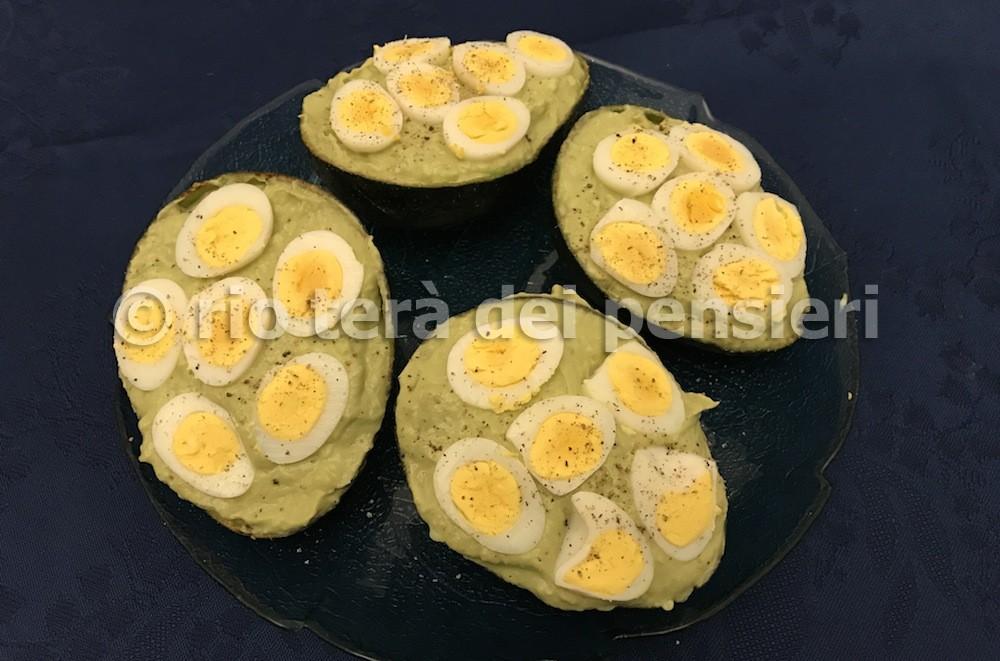 Avocado con tonno e uova